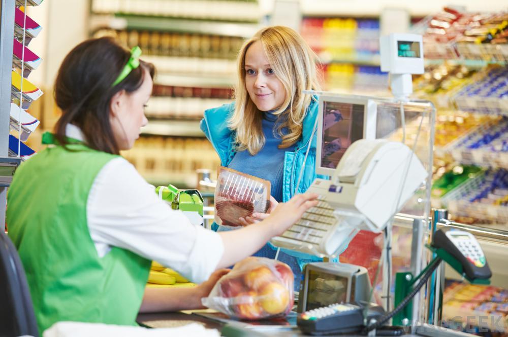 Девушка работает в магазине фото 11